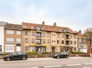 PRAKTISCH ingedeeld appartement (1e verdieping) met ZEER RUIM TERRAS. KORTING 5600 EUR (RR) MOGELIJK. Opvallende centrale ligging nabij station en de