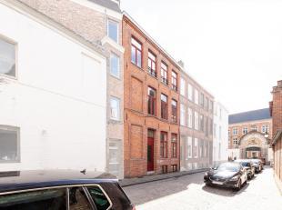 BRUGGE - UNIEKE LIGGING : OP TE FRISSEN stadswoning met terras, gelegen in historische centrum. De RIJKELIJKE LICHTINVAL is opvallend : met o.a. een i