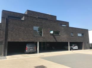 Ruim modern nieuwbouwappartement met 2 zuidgerichte terrassen. De lichtrijke leefruimte kijkt uit op een plein, de eetplaats grenst aan een terras en