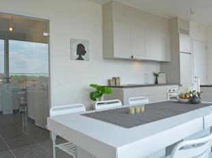 Deze prachtige penthouse heeft een prachtig Zuidgericht terras. Leefruimte en keuken zijn omgeven met licht. Verder bestaat dit appartement uit 2 slaa