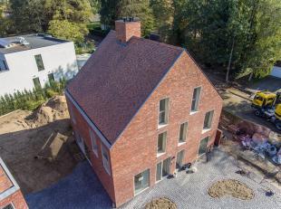 Dit nieuwbouw huis gelegen op een kleinschalig woonerf (8 woningen) in Wondelgem is een kwalitatief en uniek pareltje. De gekozen materialen zijn van