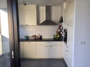 Nieuwbouwappartement met inkomhal en leefruimte met open keuken, volledig geïnstalleerd met ingebouwde oven, koelkast en vaatwasser. Twee slaapka