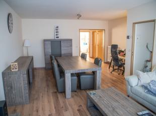 Dit appartement vlakbij Silsburg is instapklaar en omvat 2 slaapkamers. Via de inkomhal met ingebouwde kasten komt u in de ruime leefruimte. De keuken