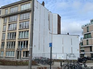 Dit gebouw dat een reconstructie zal zijn van de oorspronkelijke 19de eeuwse pleinarchitectuur, zal op het gelijkvloers en eerste verdieping kantoren/