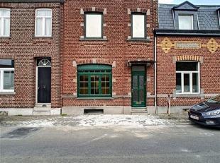 Maison unifamiliale a rénové avec un beau potentiel. Le bâtiment se compose d'un hall d'entrée, d'un vaste séjour lu