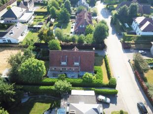 Deze unieke villa ligt op één van de mooiste plaatsen in Roeselare namelijk het Sterrebos. Rustig gelegen en dat op een boogscheut van d