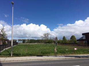 In het centrum van Esen, op de verbindingsweg Kortemark - Diksmuide, ligt dit perceel bouwgrond met een oppervlakte van 825 m². In de buurt vindt