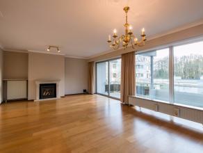 Het betreft een aangenaam en lichtrijk appartement met twee slaapkamers, twee terrassen en garagebox op een boogscheut van het centrum van Brugge. Dez