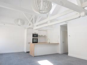 Op de tweede verdieping van deze residentie met twee appartementen in de Vlamingstraat, in het hart van Brugge, bevindt zich dit karaktervol apparteme