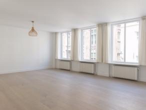 In de Vlamingstraat, op toplocatie in Brugge, bevindt zich dit lichtrijk appartement met twee slaapkamers en ruim terras. De eigendom werd in 2017 vol