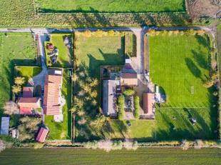 In het landelijke dorp Klerken (deelgemeente Houthulst), huisvest dezefantastische hoeve met wijngaard.De eigendom is gelegen op eendomein van 6350 m&