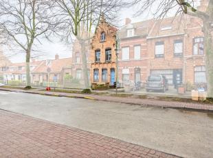 Aan de stadsrand van Brugge bevindt zich deze statige trapgevelwoning met potentieel. Enkele opfrissingswerken maken van deze woning een aangenaam stu
