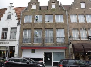 Deze ruime eigendom is gelegen in de Smedenstraat, een commerciële toplocatie op een boogscheut van het Zand te Brugge. Op het gelijkvloers bevin