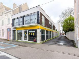 Deze handelsruimtesitueert zich op een commerciële ligging in het centrum van Diksmuide, in de nabijheid van scholen en openbaar vervoer.Het pand