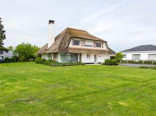 Deze unieke en alleenstaande villa is gelegen aan de rand van Blankenberge, namelijk op een boogscheut van het centrum van Blankenberge. De woning is