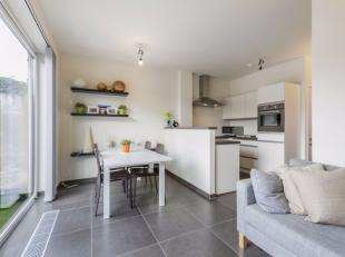 Dit uitstekend gelegen appartement in het centrum van Nieuwpoort Stad, vlakbij de markt, de Kaai en openbaar vervoer is volledig instapklaar en beschi