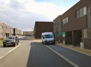 In het centrum van Esen (deelgemeente Diksmuide), staat dezekwalitatieve nieuwbouwwoning, gelegen in een rustige woonwijk. Deeigendom bestaat uit een