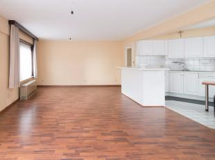 Dit ruime éénslaapkamer appartement is gelegen op de eerste verdieping van een standingvolle residentie te Oostende. Door de centrale li