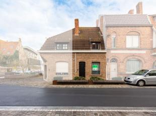In het hartje van Diksmuide, dicht bij de markt bevindt zich deze charmante woning. De eigendom omvat een ruime living met eet- en zithoek, een prakti