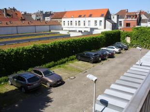 Autostaanplaats op afgesloten terrein bij residentie Campus, op wandelafstand van het Sint-Pietersplein. Vlakbij diverse faculteiten, centrum Gent, au