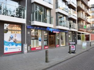 Dit uiterst ruimehandelspand is gelegen op de Grote Markt in het levendige centrum van Blankenberge. Deze locatie leent zich tot een ideale plaats om
