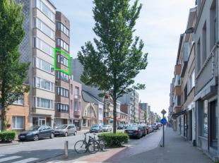 Dit gezellig appartement is ideaal gelegen aan de rand van de stad langs één van de invalswegen. Het centrum is makkelijk en snel bereik