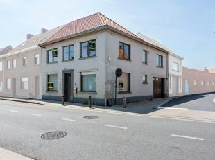 Deze prachtige hoekwoning is gelegen nabij het centrum van Staden en omvat een lichtrijke leefruimte, een volledig ingerichte keuken (natuursteen tafe