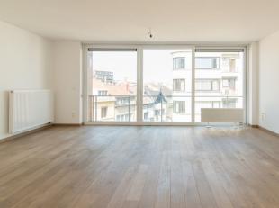 Dit ruime woonappartementmet twee slaapkamers is gelegen in de bruisende binnenstad van Oostende. Het geniet naast de ruime oppervlakte van een grote