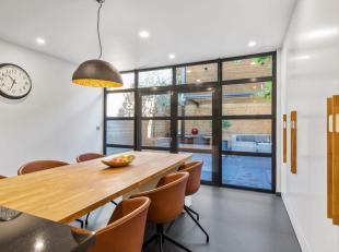 Deze moderne woning met ruim terras (49m²) en garage in het hart van Brugge werd met oog voor detail, kwalitatieve materialen en ruimte gerenovee