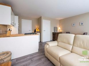 Op uiterst centrale ligging in de Vosseslag resideert dit recent gerenoveerd appartement, op amper 900m van het strand en vlakbijhet commerciële
