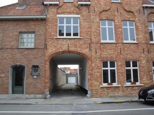 Deze ruime garagebox met automatische sectionaalpoort is gelegen in de Werfstraat te Brugge en biedt de ideale oplossing voor wie op zoek is naar een