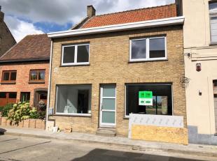 In centrum van Leisele (deelgemeente van Alveringem), op 15 min rijden van Veurne, huisvest deze gerenoveerde rijwoning. Het pand is op het gelijkvloe