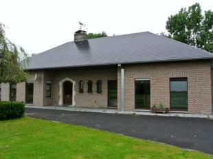 In de gemeente Hooglede, net ten noordwesten van de stad Roeselare huisvest deze statige villa omringd door een mooie groene omgeving. Deze zeer ruime