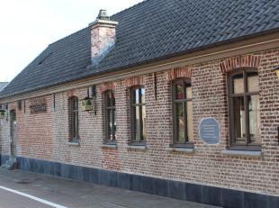 Deze fantastisch gerenoveerde taverne ligt in het hartje van het centrum van Gijzenzele (deelgemeente Oosterzele), vlakbij verschillende invalswegen (
