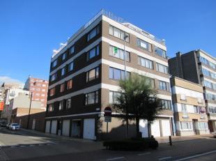 Dit zopas vernieuwde en warme appartement is gelegen op de derde verdieping van een goed onderhouden residentie. Bus- en tramhalte, winkels, horecezak