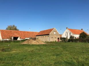 Vlot bereikbare polderhoeve (2,52 ha) met authentiek karakter nabij oprit E40/A10 (Zandvoorde).<br /> Het boerenhuis, het bakhuis, de stallingen, de d