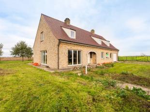 In het landelijke Merkem (deelgemeente Houthulst), huisvest deze verder af te werken villa, gelegen op eendomein van 9637 m².Deze eigendom bestaa
