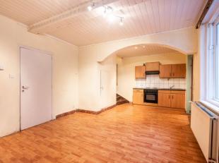 In proven, deelgemeente van Poperinge, bevindt zich deze te renoveren woning. De woning is rustig gelegen op wandelafstand van verschillende buurtwink