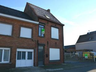 Gelegen in de Molenstraat, een rustige woonwijk te Oostkamp, bevindt zich deze halfopen ruime woning met 3 slaapkamers. Dit in de nabije omgeving van
