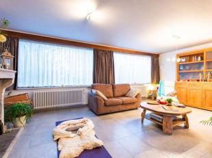 Deze instapklare woning met garage ligt in een rustig gelegen woonwijk te Torhout. De woning beschikt over een perceeloppervlakte van 395 m² en o