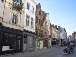 Dit handelspand is uniek gelegen inDE winkelstraat van Brugge. Het geeft mogelijkheid tot handel op het gelijkvloers.Het handelspand is casco en kan w