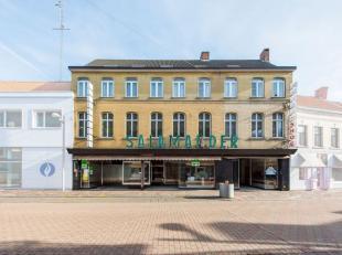 Dit bekende handelspand is pal in het centrum van Tielt gelegen. Het gelijkvloers beschikt over een grote handelsruimte (133 m²) met achteraan ee