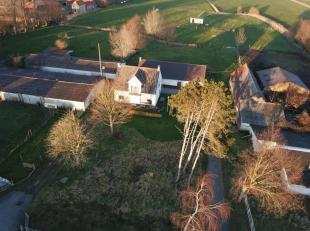 Op uiterst landelijke liggingte Ettelgem huisvest deze historische hoevewoning tussen de groene polders. De hoeve biedt met een een totale grondopperv