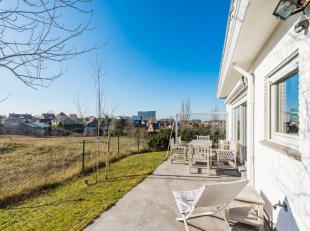 Dan is deze villa in Oostduinkerke wat u zoekt! Het betreft een villamidden in het groen met een fenomenaal zicht. Vanuit de tuin wandelt u zo de duin