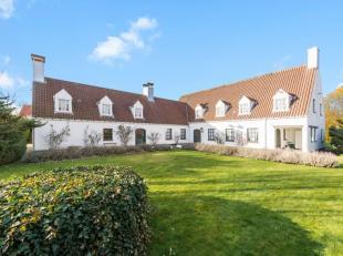 In het charmante De Haan, op een perceel van 2345 m², bieden wij u dit prachtige en karaktervolle landhuis aan. Omgeven door een natuurlijk groen