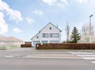 Deze charmante woning met mogelijkheden is gelegen op een perceel van 729 m² in het landelijke Hooglede met het openbaar vervoer op wandelafstand