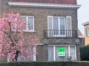 Deze ruime woning ligt op 15 minuten wandelafstand van het centrum van Kortrijk en vlakbij buurtwinkels, Carrefour, trein-en busstation, scholen,....