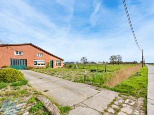 In het landelijke dorp Lampernisse, op het centrale punt tussen Diksmuide-Pervijze, huisvest ditfantastisch eigendom met woonst en schuur. De eigendom