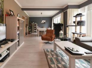 Dit ruime duplex appartement gelegen in het hartje van Gistel is met zijn grote oppervlakte een absolute topper in zijn prijsklasse. Vanuit de grote e
