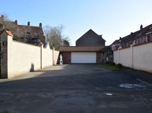 Deze ruime, dubbele garage met automatische poort bevindt zich in het hartje van Brugge, dichtbij scholen, openbaar vervoer en winkels.De garage biedt